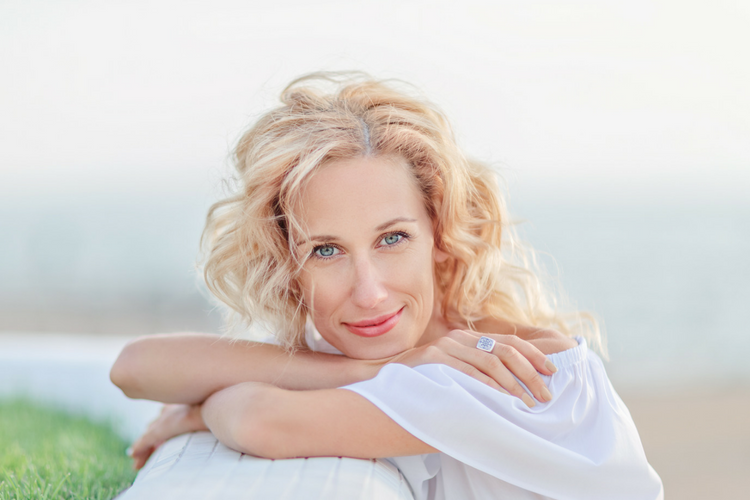 How to survive menopause naturally. Lifestyle and nutrition tips to manage menopause and perimenopause.